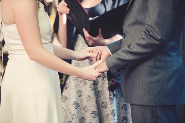 ©Anne-Claire Brun - Mariage sur le theme des livres - La mariee aux pieds nus
