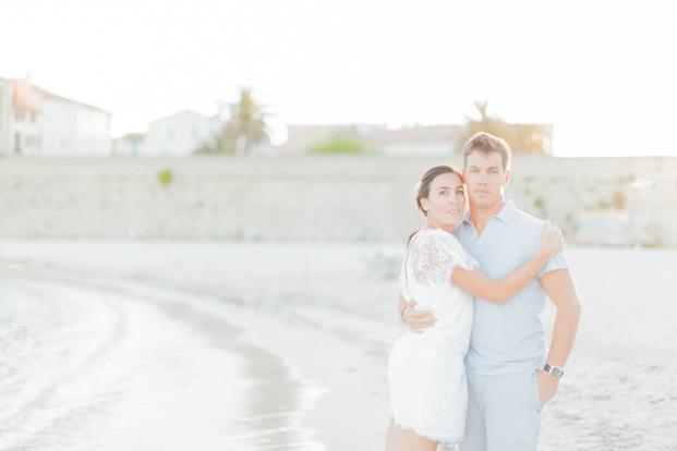 ©ingridlepan.com - Une seance engagement sur la plage - robe Christina Sfez - La mariee aux pieds nus