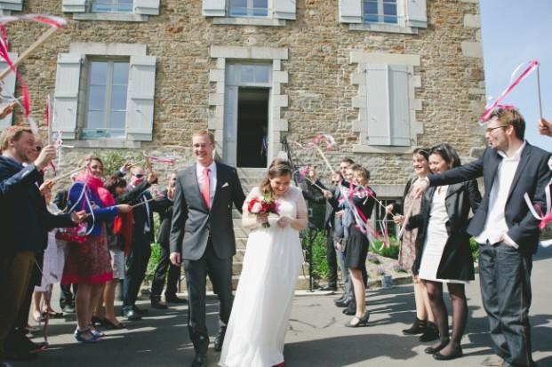 Pauline F Photography - Un mariage en rouge a Saint Briac - La mariee aux peids nus