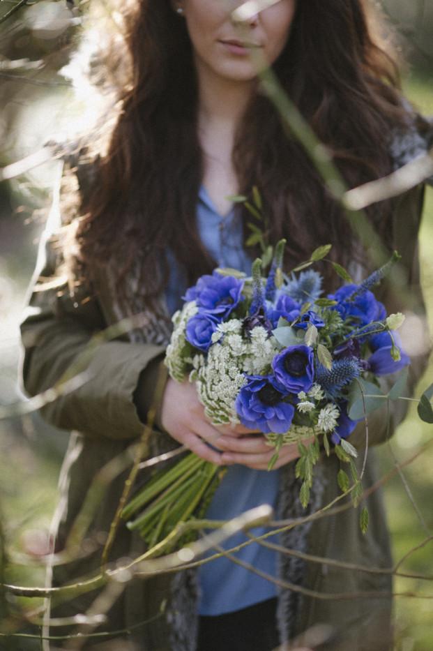 LovelyPics_Bouquet_de_fleurs_bleu_La_mariee_aux_pieds_nus
