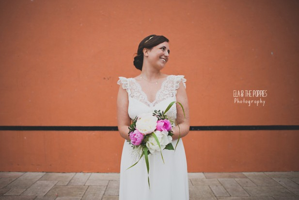 ©Ela and the Poppies - Mariage colore au Pays Basque - La mariee aux pieds nus