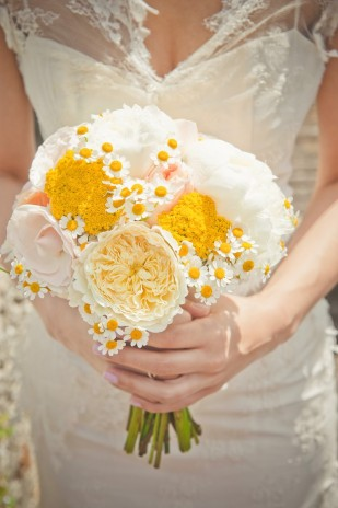 Eve-Hilaire-Photographies - mariage en jaune et rose - La mariee aux pieds nus