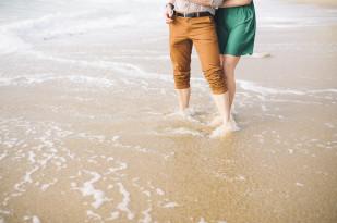 ©Pretty Days - Une seance engagement sur une plage du Pays Basque - La mariee aux pieds nus