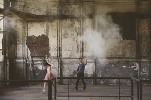 Lovely Pics - Une seance engagement dans une usine desafectee - La mariee aux pieds nus