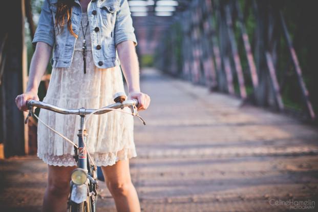 ©Celine Hamelin - Seance engagement a bicyclette - La mariee aux pieds nus