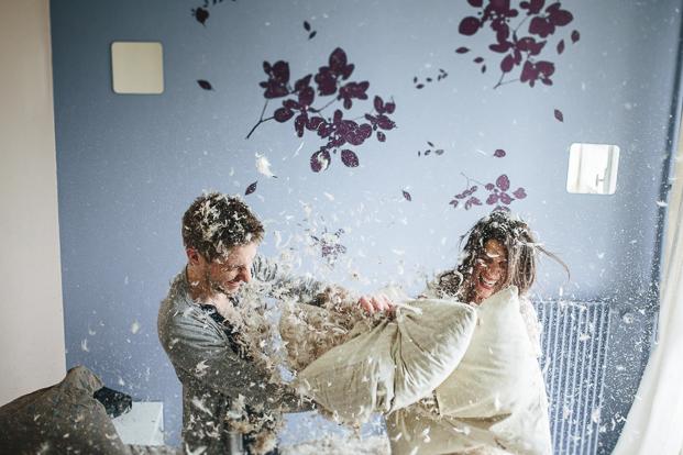 ©Jean Laurent Gaudy - Une seance engagement a la maison - La mariee aux pieds nus