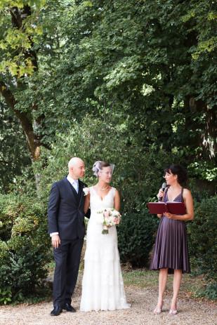 M&J Photography - Un mariage en blanc en Dordogne - La mariee aux pieds nus