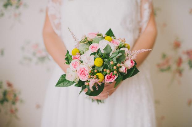 JonathanUdotPictures - Un mariage romantique et champêtre a Nimes - La mariee aux pieds nus