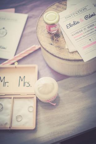 ©Maxime Vantorre - Le photographe de votre mariage - Un mariage en rose au domaine de la Corbe - La mariee aux pieds nus