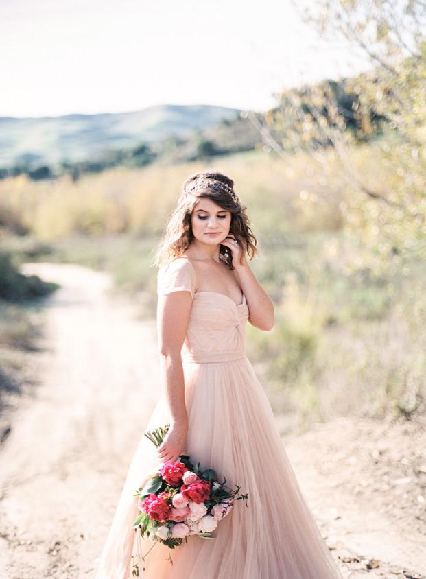 Une mariée romantique et délicate en robe rose pâle - La mariée aux pieds nus - Photo : Ashley Ludaescher