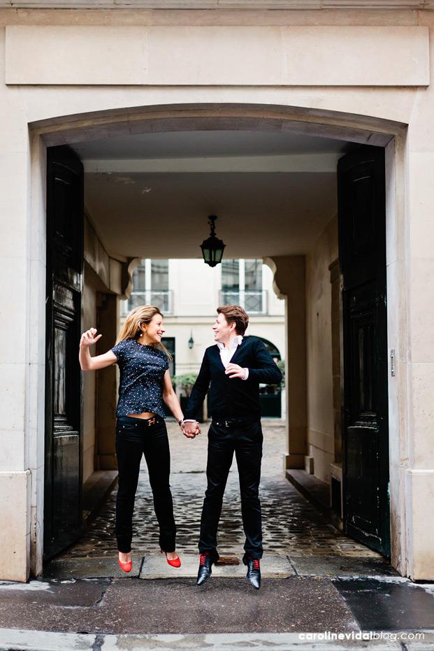 ©Caroline Vidal - Seance engagement a Paris - La mariee aux pieds nus