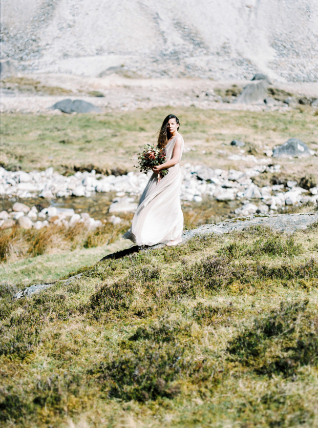 Portrait de mariée dans les collines - La mariée aux pieds nus - Photo : Capyture