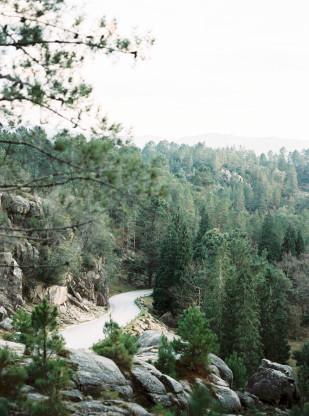 Capyture - Une séance engagement en forêt au Portugal - La mariée aux pieds nus