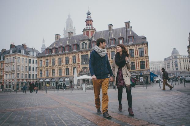 ©Coralie photography - Une seance engagement dans les rues de Lille - La mariee aux pieds nus