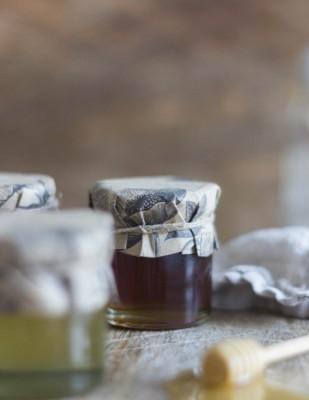 Offrir des petits pots de miel à ses invités - DiY mariage - Etiquettes à télécharger gratuitement sur le blog mariage www.lamarieeauxpiedsnus.com