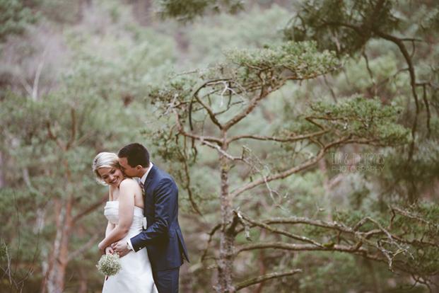 ©Ela and the poppies - Mariage : Reussir ses photos de couple -  Conseils de pros - La mariee aux pieds nus