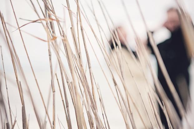 ©Ernestine et sa famille - Seance engagement sur la plage - La mariee aux pieds nus