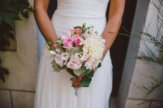 ©Fred Courtois - Un mariage en rose - La mariee aux pieds nus