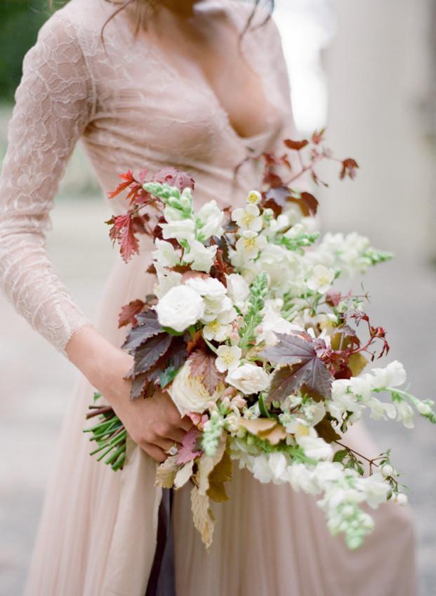 Jose Villa - Un bouquet de mariee boheme bordeaux - La mariee -aux pieds nus