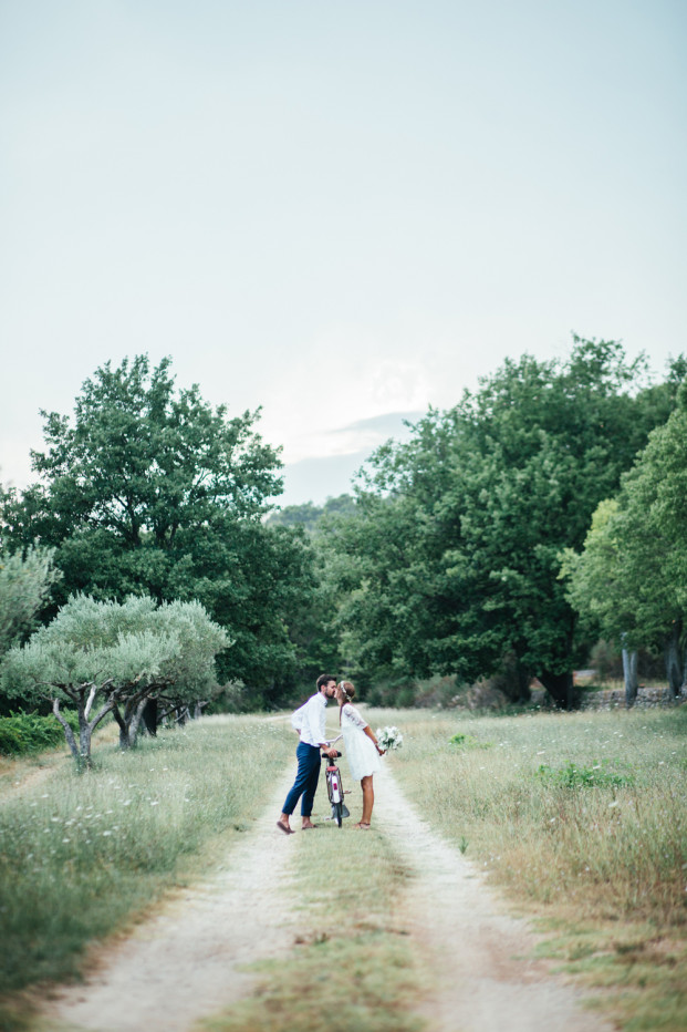 La mariée aux pieds nus - Un mariage simple et champêtre dans le Var - Photos : Karimage
