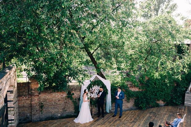 Un mariage industriel et végétal inspiré par Kinfolk à découvrir sur le blog mariage www.lamarieeauxpiedsnus.com - Photos : Konstantin Korfee