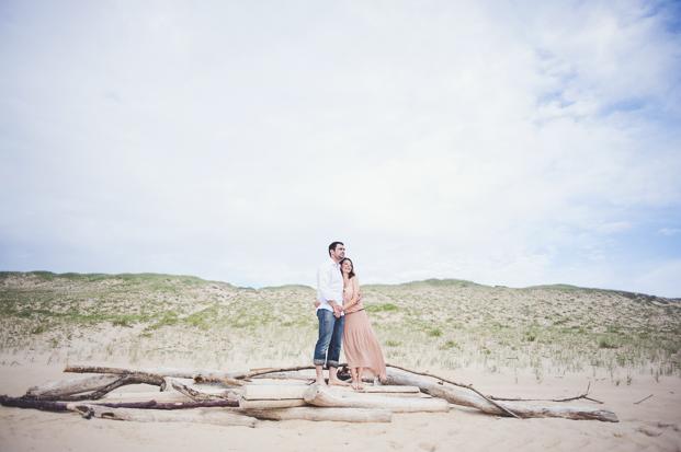©Marion Heurteboust - Une seance engagement a la plage - La mariee aux pieds nus