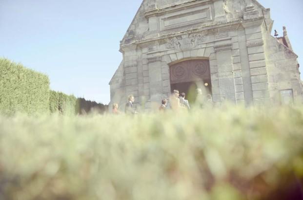 ©Solveig et Ronanphotographes - Mariage en blanc et origamis - La mariee aux pieds nus