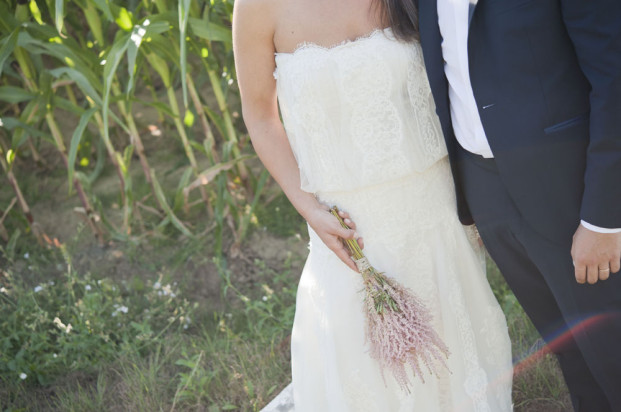 ©Solveig et Ronanphotographes - Mariage pastel a la  campagne - La mariee aux pieds nus