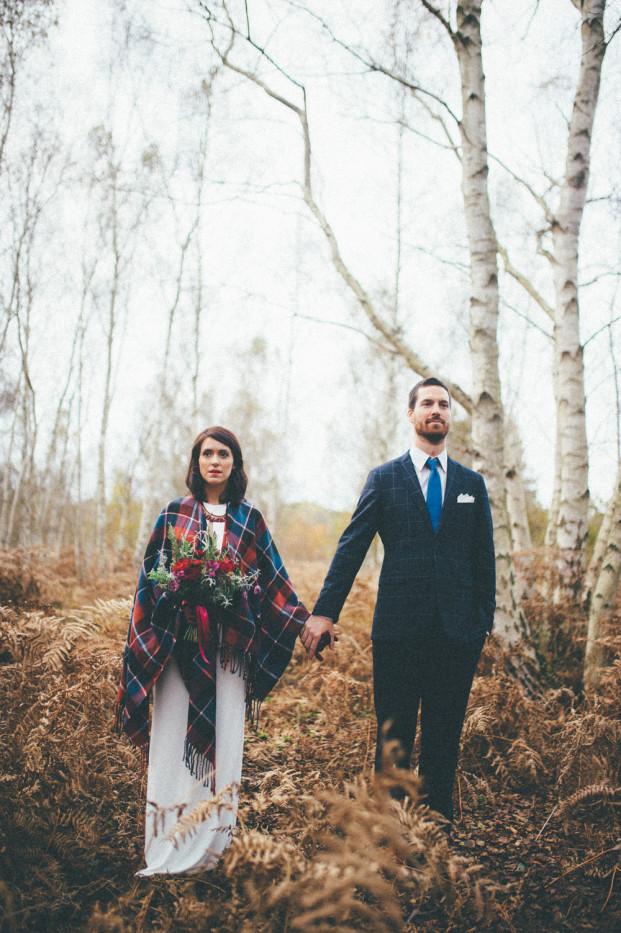 The Quirky - Une seance en couple folk et colorée dans les sous-bois - La mariée aux pieds nus