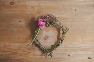 Lovelypics - DiY - Realiser une couronne de fleurs fraiches  - La mariee aux pieds nus