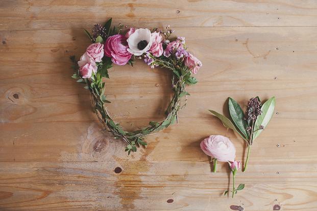 faire une couronne de fleurs fraiches la mariee aux. Black Bedroom Furniture Sets. Home Design Ideas