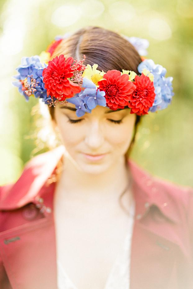 ©Xavier Navarro - Shooting inspiration - Mariage rustique rouge, bleu, jaune - La mariée aux pieds nus