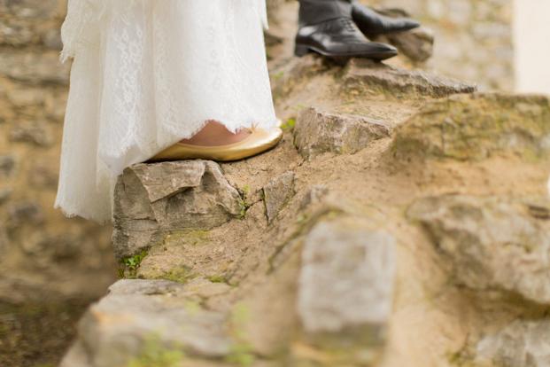 ingridlepan.com - Mariage en Liberty bleu au chateau font du broc - La mariee aux pieds nus