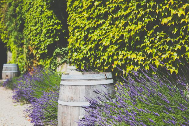 MADfotos - Un mariage champêtre au Chateau Rigaud - La mariee aux pieds nus