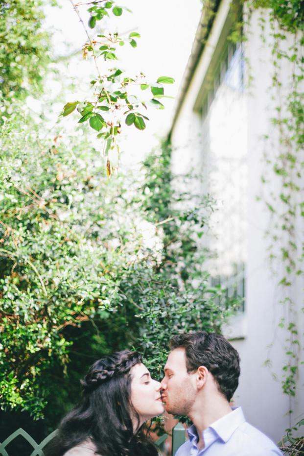 ©Lifestories Wedding - Une seance engagement dans Paris - La mariee aux pieds nus