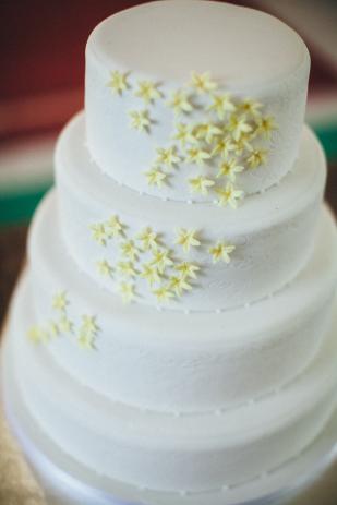 Lifestories Wedding - Yann Audic - Un mariage en blanc et jaune au Manoir des Prevanches - La  mariee aux pieds nus
