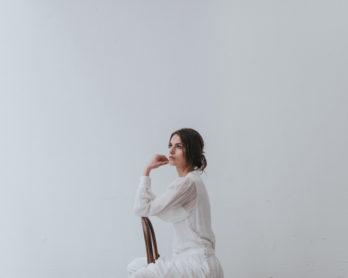 Un mariage épuré en blanc - A découvrir sur le blog mariage www.lamarieeauxpiedsnus.com - Photos : Chloé Lapeysonnie