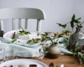 La mariée aux pieds nus - Tables fleuries - Photo : Chloé Lapeyssonnie