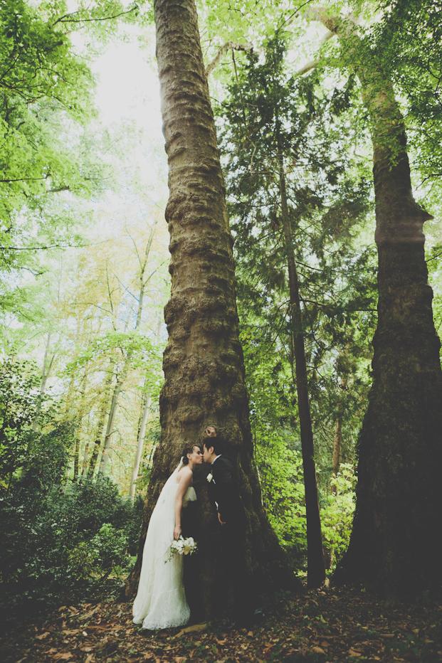 MADfotos - Mariage champetre en orange et vert - La mariee aux pieds nus