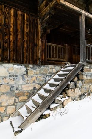 Marion Cougoureux - Une séance engagement en bleu au Grand Bornand sous la neige - La mariee aux pieds nus