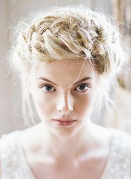 10 idées de coiffures de mariée tressées - La mariée aux pieds nus - Photo : Ann Kathrin Koch