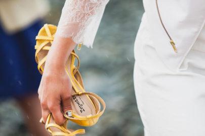Annie Gozard - Un mariage joyeux et colore en Bretagne au chateau du Bienassis - La mariee aux pieds nus