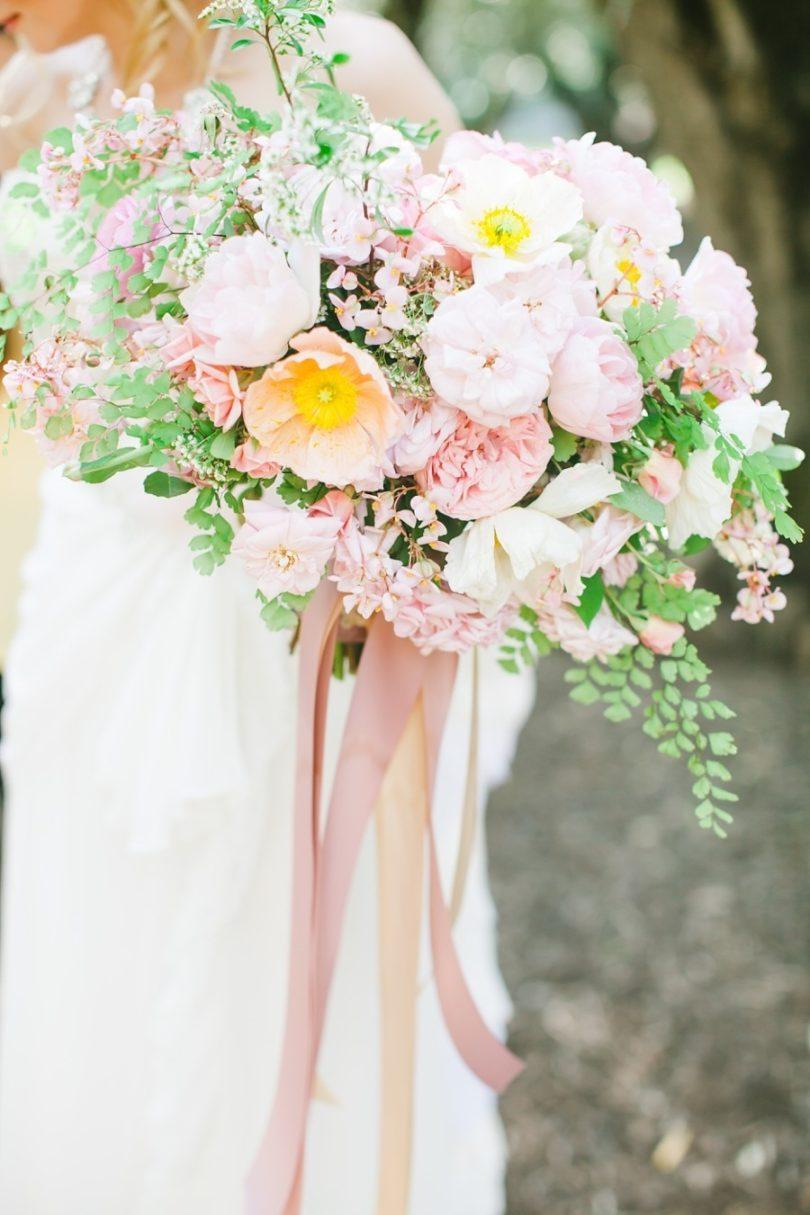 Avec l'amour Photography - 12 idées de bouquets de mariée roses - La mariée aux pieds nus