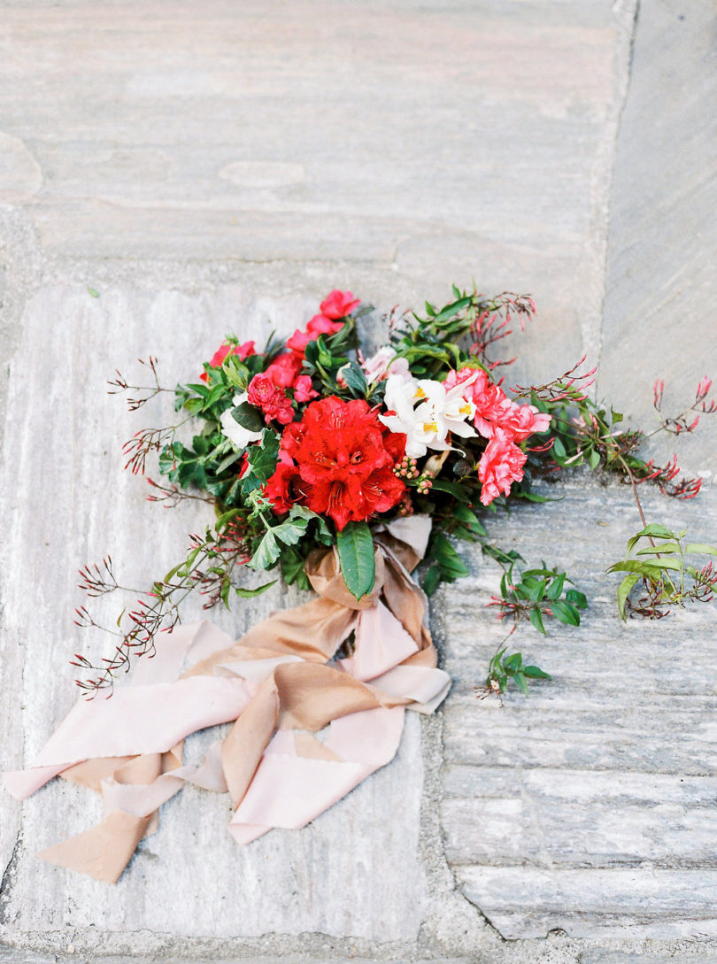 Un mariage bohème en rose et rouge au Nepal - La mariée aux pieds nus - Photo : Bianca Rijkenbarg