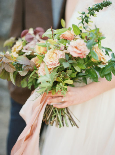 Brittany Mahood - 12 idées de bouquets de mariée roses - La mariée aux pieds nus