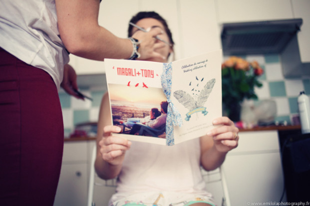 EmilolaPhotography - Un mariage boheme et rock en rouge et bleu - La mariee aux pieds nus