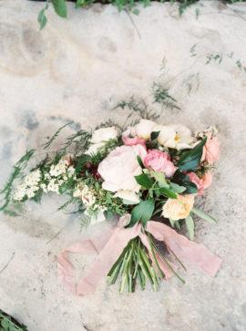 Jessica Scott - 12 idées de bouquets de mariée roses - La mariée aux pieds nus