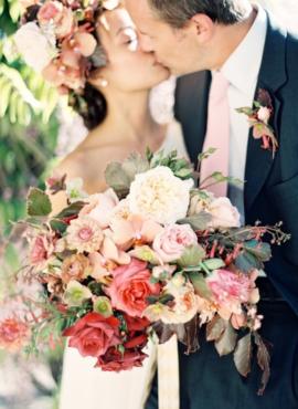 Jen Huang - 12 idées de bouquets de mariée roses - La mariée aux pieds nus