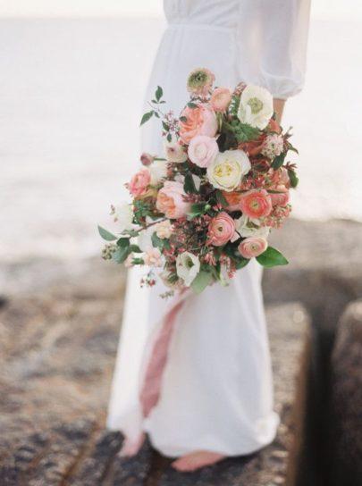 Jenny Mc Elroy Photography - 12 idées de bouquets de mariée roses - La mariée aux pieds nus