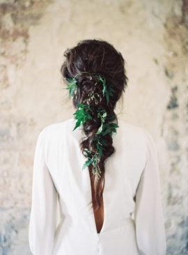 10 idées de coiffures de mariée tressées - La mariée aux pieds nus - Photo : Jessica Lorren